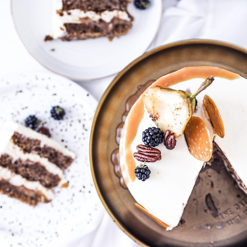 Perníkový dort s hruškami, slaným karamelem a pekanovými ořechy