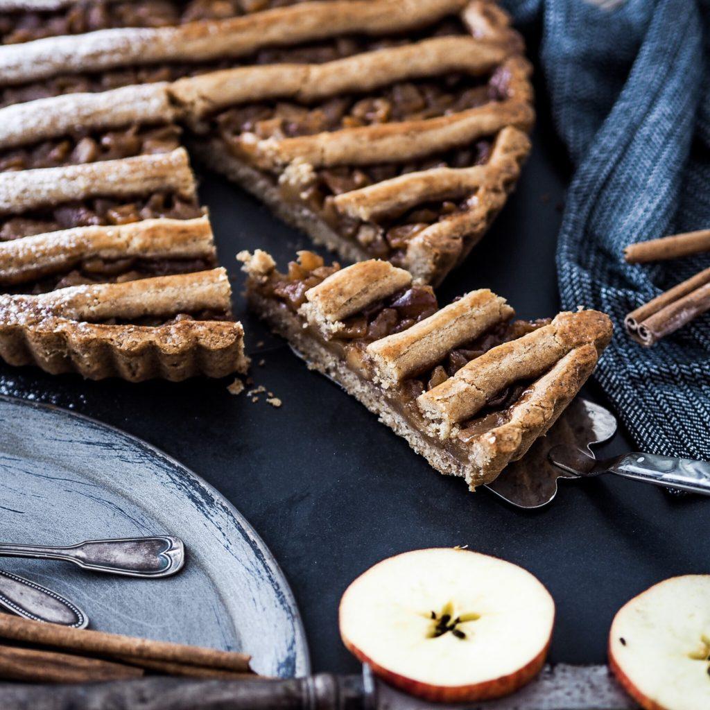 Ořechový koláč s medovými jablíčky a skořicí