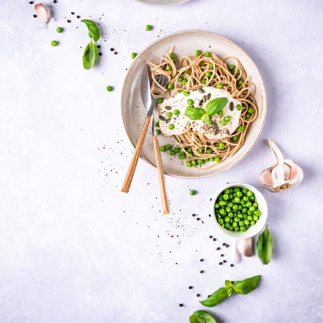 Špagety s hráškem a krémovou omáčkou